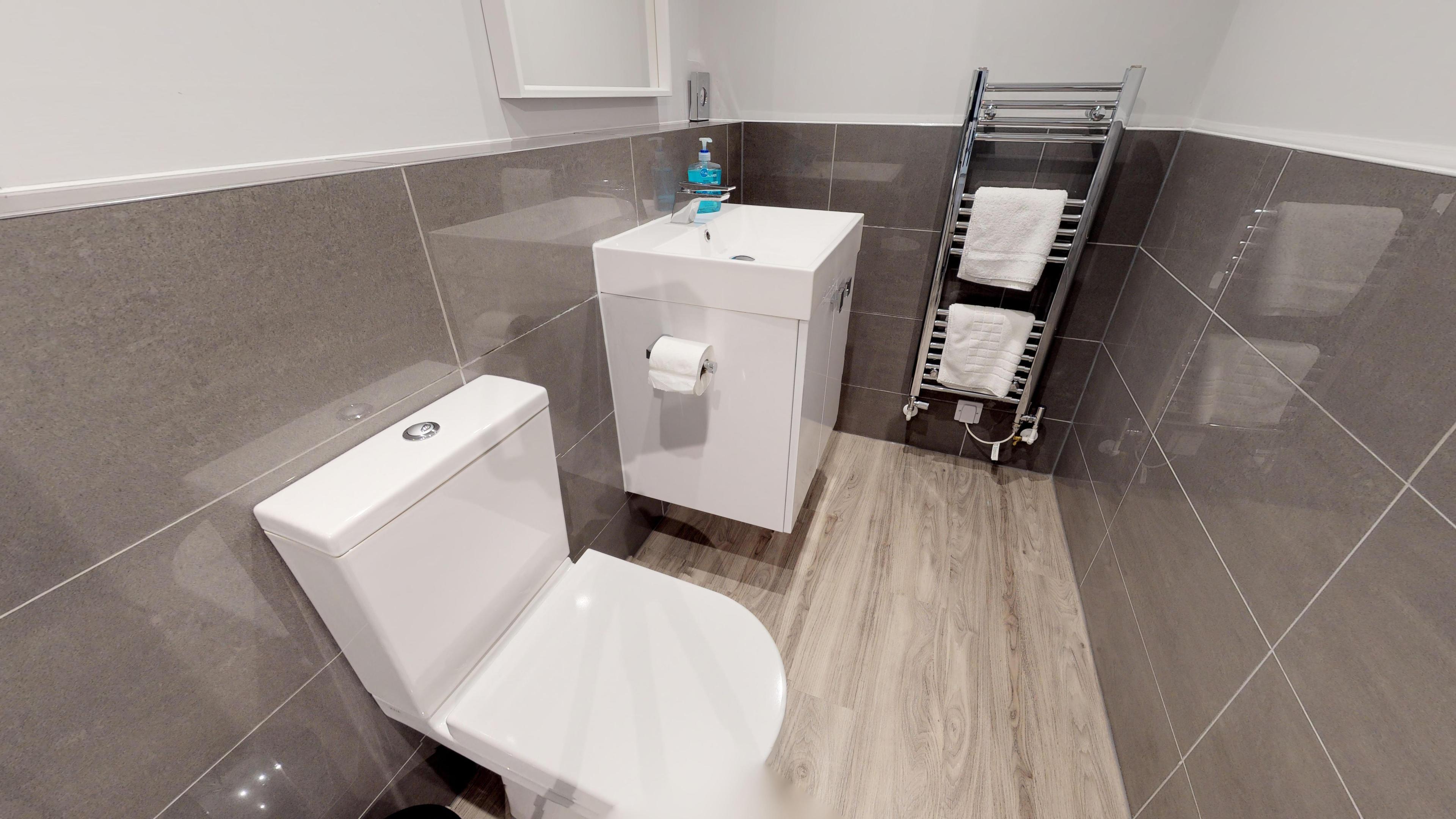 Leamington Spa Serviced Apartments Dunara Shakespeare Family Bathroom 2