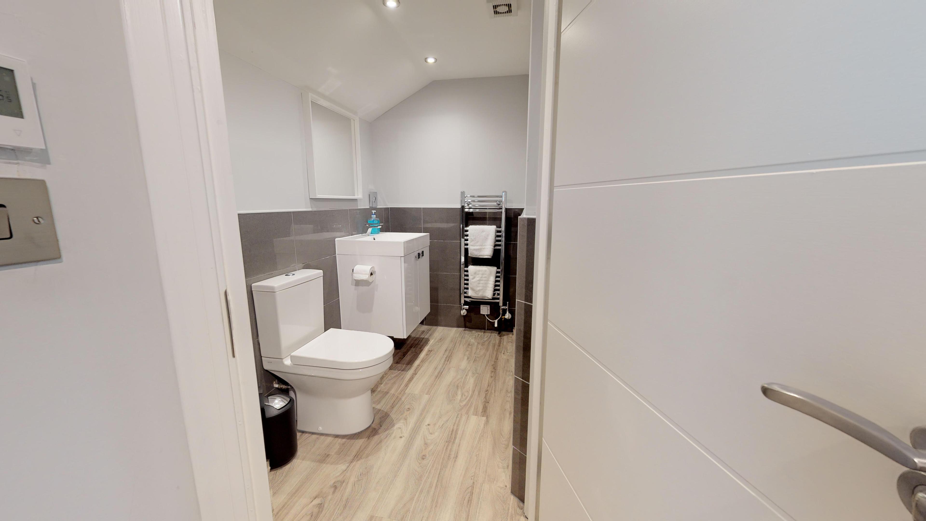 Leamington Spa Serviced Apartments Dunara Shakespeare Family Bathroom