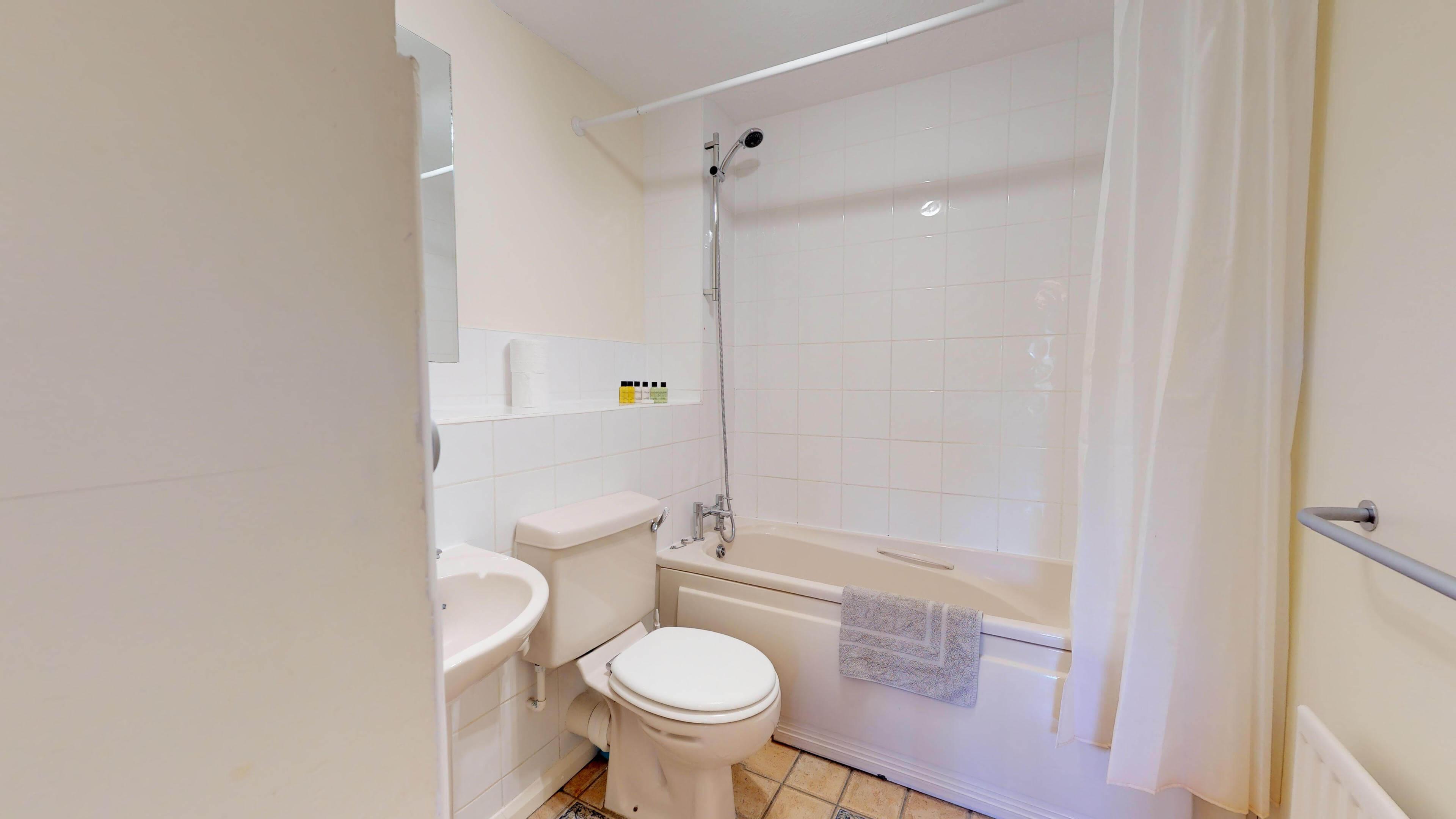 Millbank Oxford City Centre Short Stay Apartment Sleeps 4 Bathroom