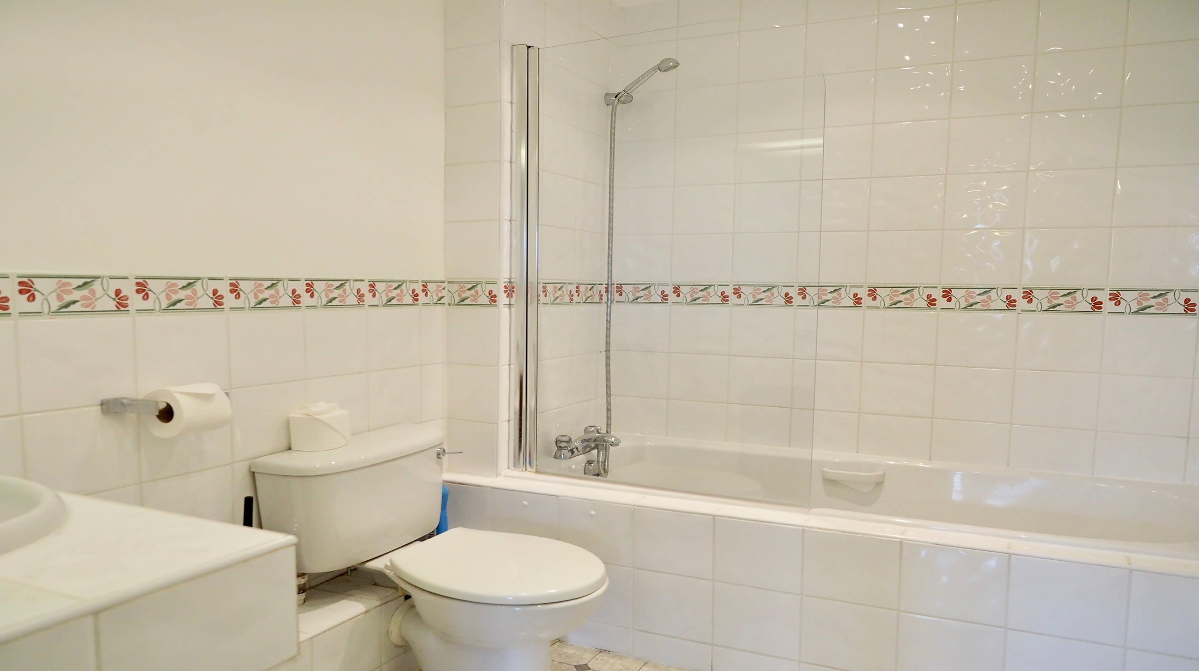 Oxford Two Bedroom Bishop Kirk Place Bathroom 1