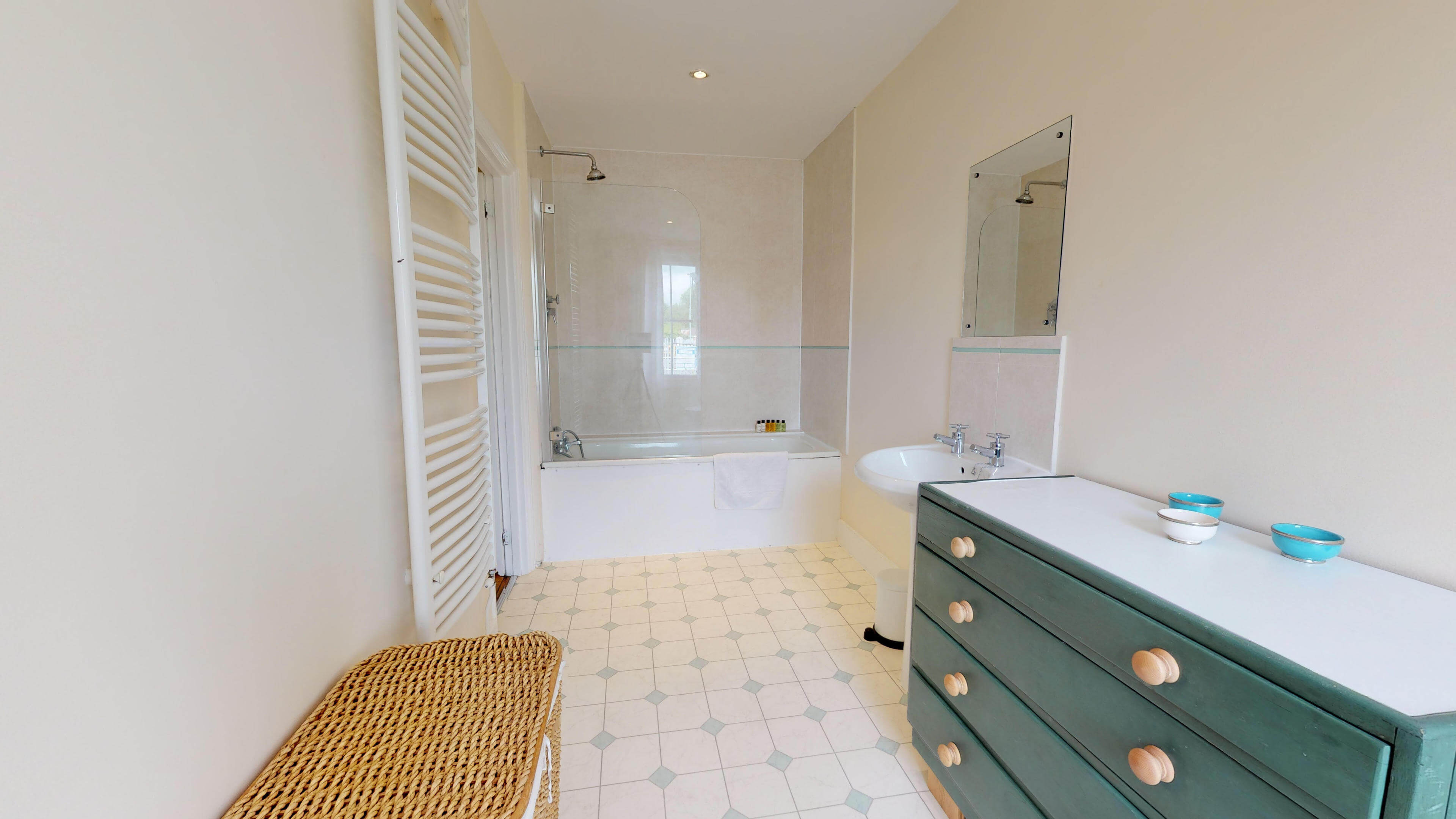 Oxford Two Bedroom Abbey Road Bathroom Side