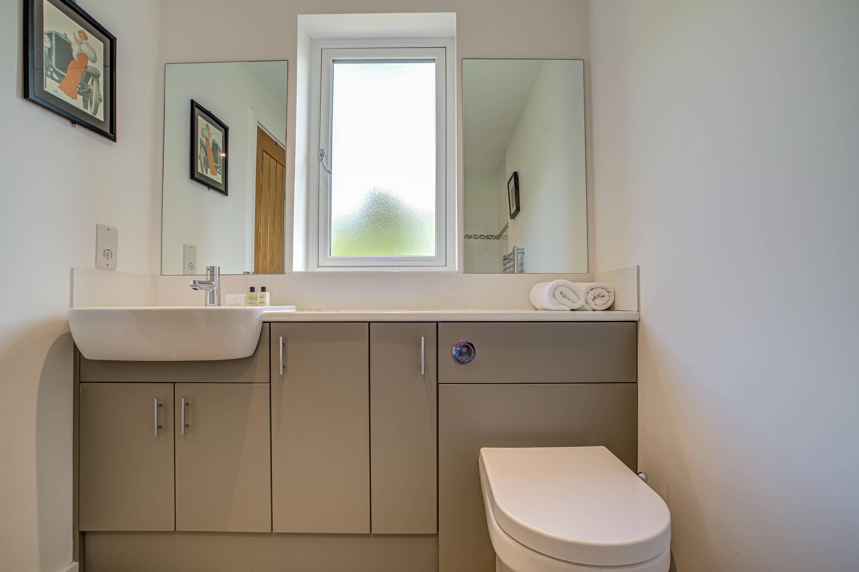 Old Barn Witney Bedroom 2 Bathoom